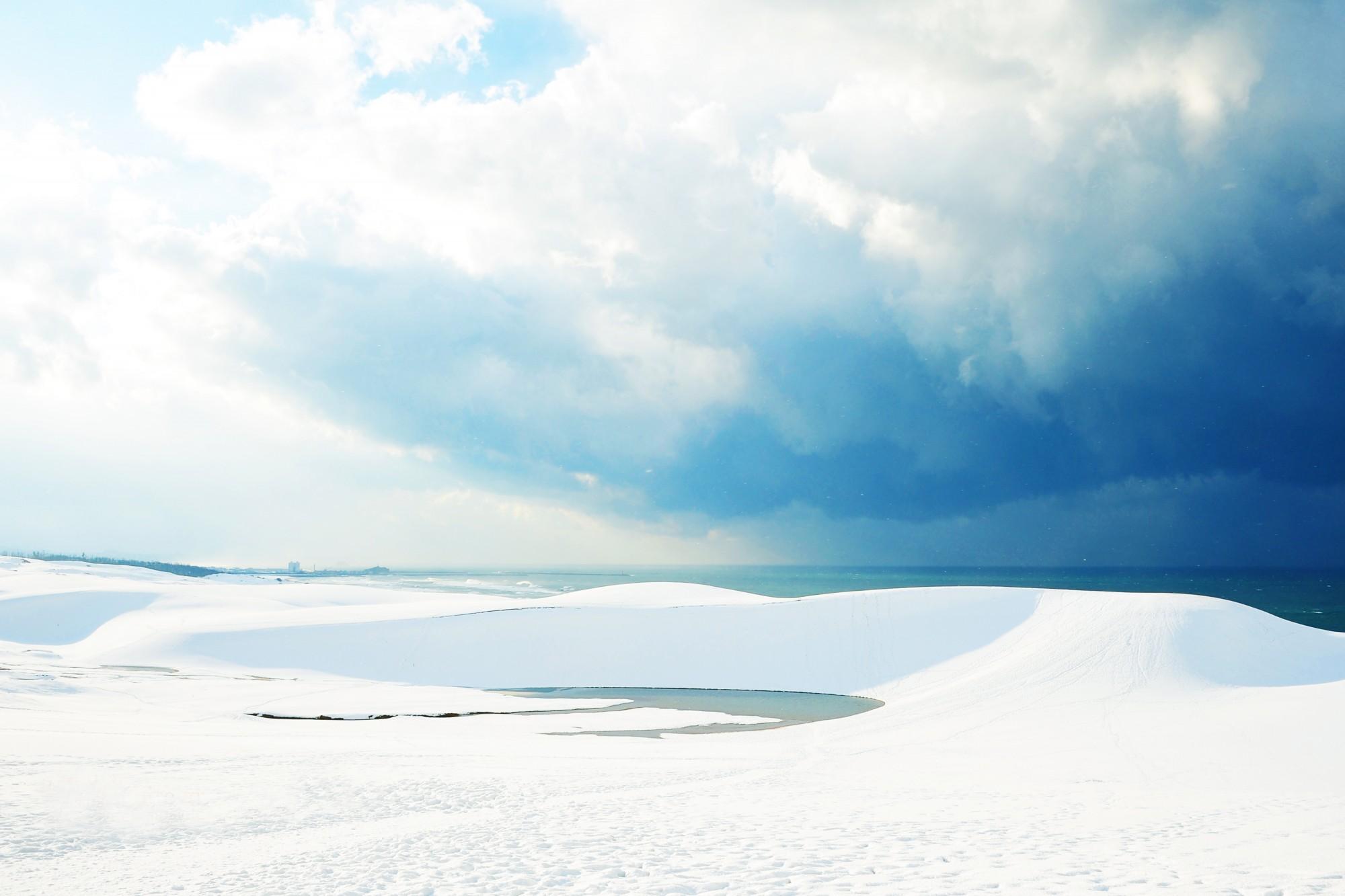 雪が降り積もった白い鳥取砂丘の画像です